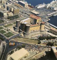 Hafen und Castel Nuovo (13. Jahrhundert). Neapel, Italien. Iberfoto. Photoaisa.