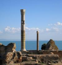 Ruínas de Cartago diante do mar Mediterráneo. Lotharingia. Fotolia.