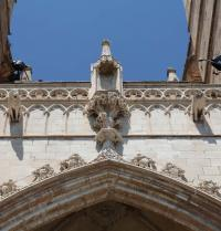 Sculpture of the lullian tree of science at the top of the portal of Mirador (1389-1401). Palma Cathedral. IRU, SL.