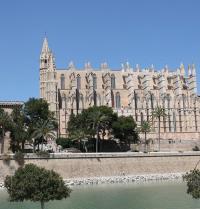 Catedral gótica e muralla renacentista. Palma. IRU, S.L.