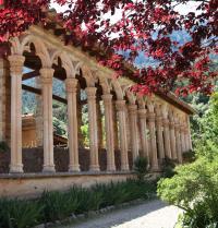 Claustre gòtic (segle XIII) originari del convent de Santa Margalida (Palma); traslladat i reconstruït per l'Arxiduc Lluís Salvador d'Àustria (segle XIX). Monestir de Miramar. Valldemossa, Mallorca. IRU, SL.
