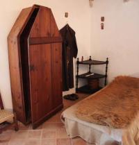 Representació hipotètica de l'habitació que degué ocupar Ramon Llull, amb l'hàbit franciscà. Monestir de Miramar. Valldemossa, Mallorca. IRU, SL.